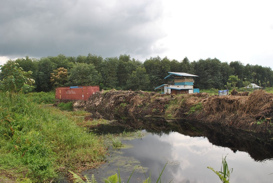 Jembatan kanal 19 yang diputus dan ditutup PT. WKS untuk menghalangi petani Senyerang melakukan aksi pendudukan lahan.