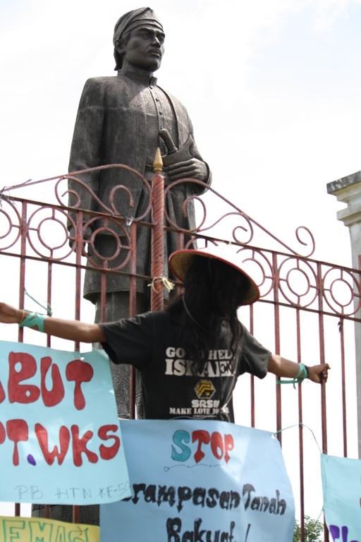 Mahasiswa melakukan aksi solidaritas mendukung perjuangan masyarakat Senyerang pada 24 September 2010 lalu.