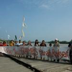 Para ibu di Kelurahan Senyerang membentangkan Spanduk memprotes PT. WKS yang merampas lahan mereka (Foto. Een)