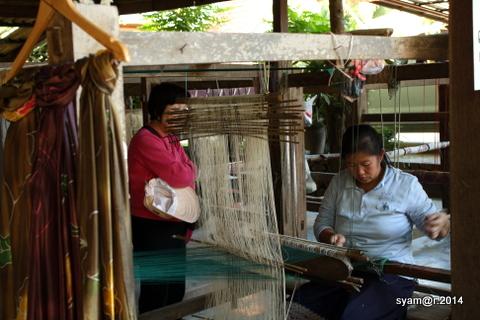 Perempuan Laos Menenun Kain Sutra