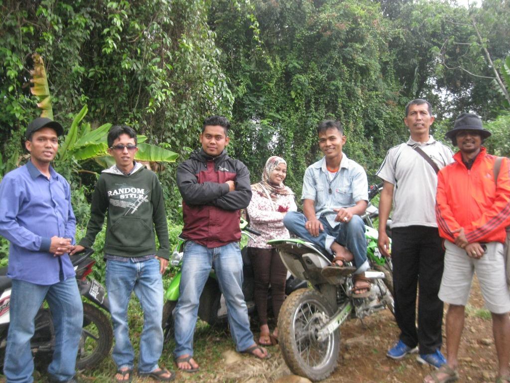 Robert diantara Tim Ekspedisi KpSHK - ICS di Solok Selatan. Foto KpSHK