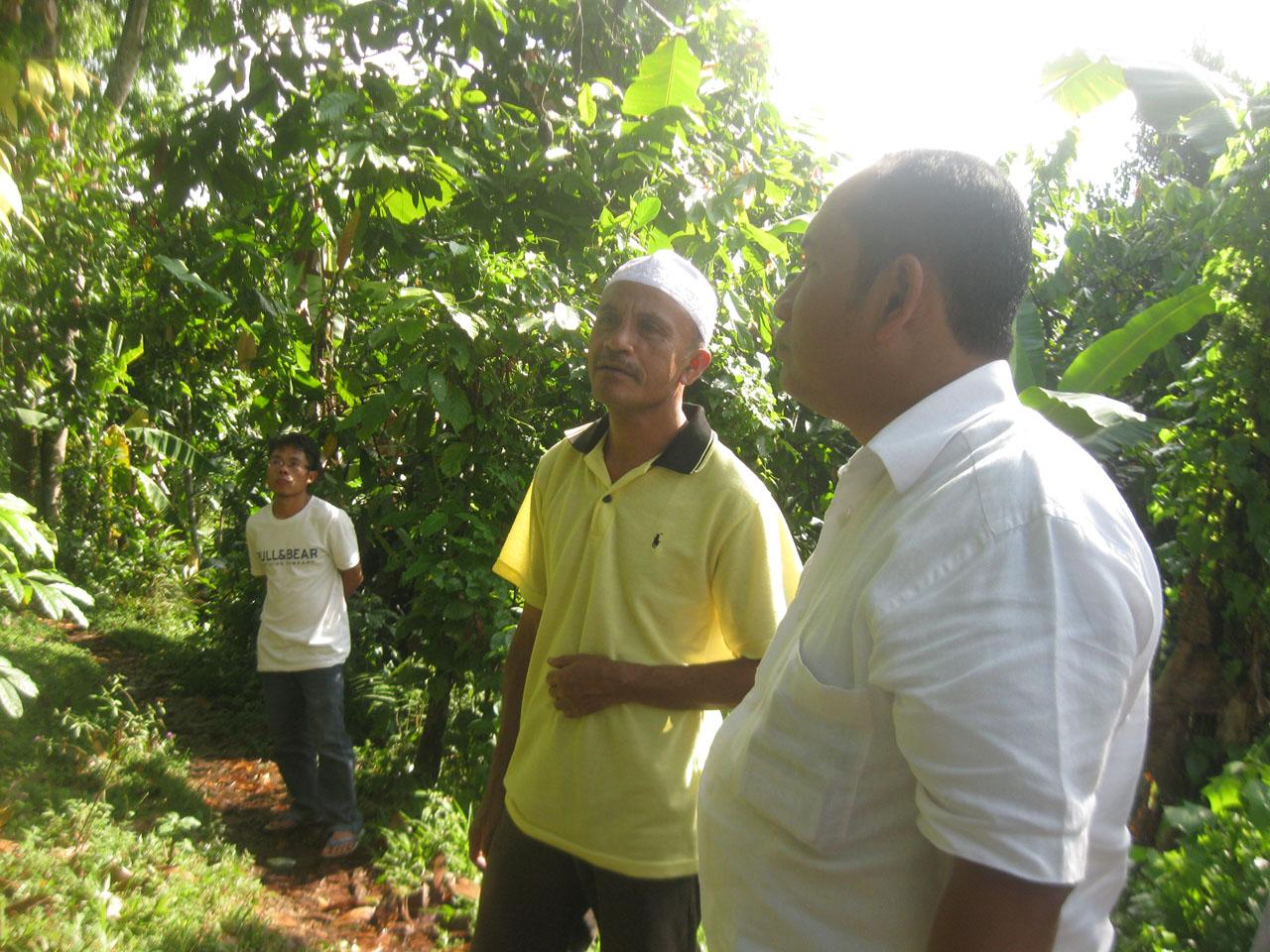 H.Artim (Ketua Kelompok HKm Santong) sedang menjelaskan pengelolaan HKm Santong kepada Herman (Tim Monitoring dan Evaluasi KPSHK)