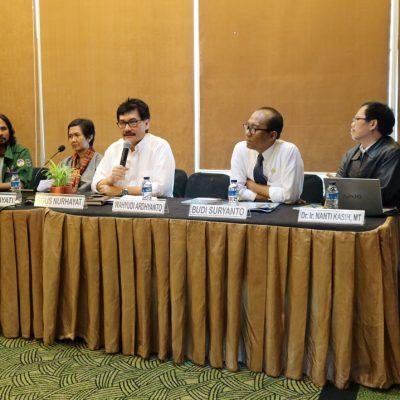 Dari kiri ke kanan Dewi Kartika (KPA), Moh. Djauhari (KPSHK), Yayah (Walhi), Agus Nurhayat(PSKL), Budi Suryanto (BPN), Nanti Kasih (Kemendes) dan Achmad Surambo (SWI).