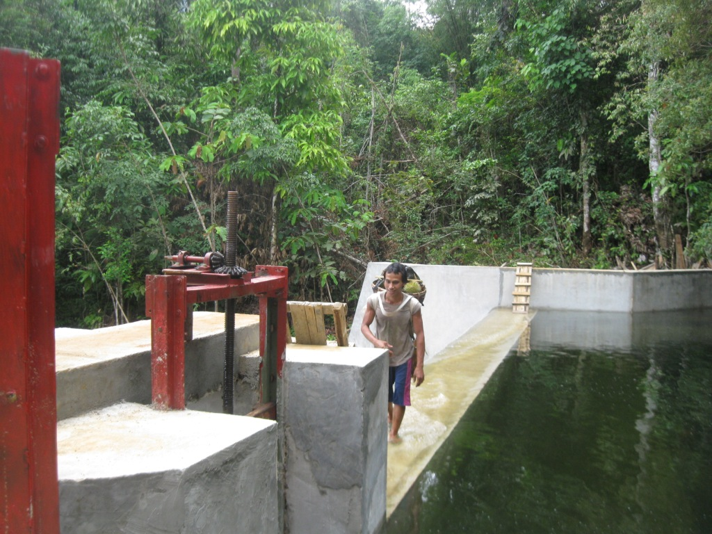 Bendungan Air Terjun Riam Kemokak Sumber PLTMH di Kampung Meragun dalam Kawasan Hutan Lindung Gunung Naning. (KpSHK, 16/12/15)