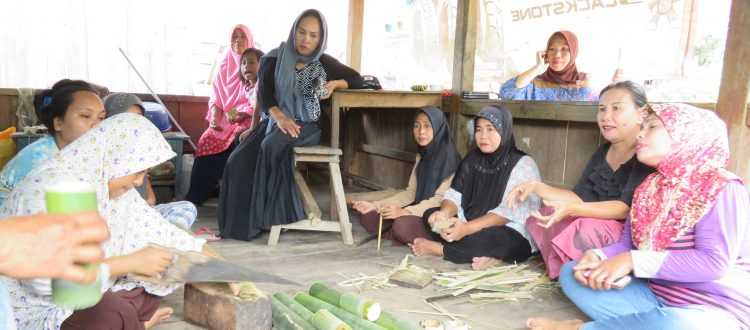 Membuat kerajinan bambu oleh Kelompok Wanita Tani di lingkungan Kayangan, Kelurahan Sakuli, Kolaka