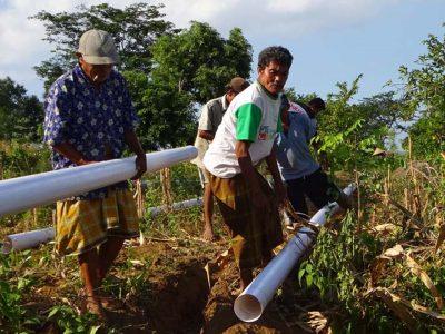 Kelompok Tani Hutan HKm Sambelia gotong royong membuat kantong air di areal rehabilitasi