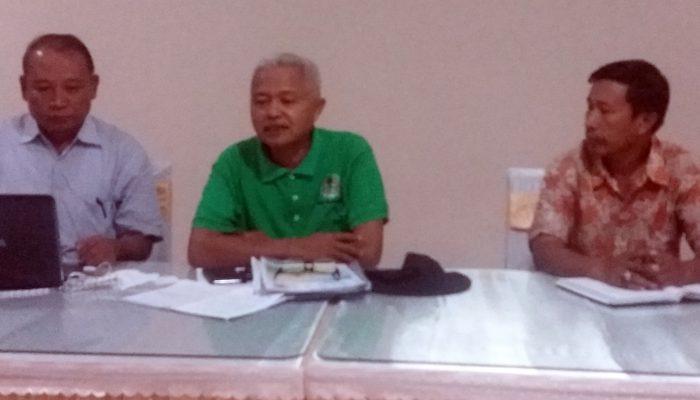 Foto Pertemuan KPH dan KTH (Mataram, 14062017). Kiri ke kanan, Zulfikri Ahyar (Ketua POSKO PS SHK NTB), Lalu Saladin Jufri (Kepala KPH Rinjani Timur), dan Abdur Rahman (Ketua KTH Tibu Bele) Pengusul PS.