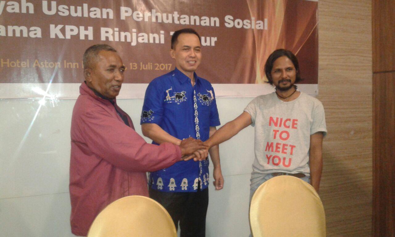 Pertemuan Konsorsium KpSHK dan KPH Rinjani Timur (Mataram, 13 Juli 2017). Kiri ke kanan Abidin Tuarita-Korwil Lombok, Dadang Sumanda-BKPH Rinjani Timur, dan Moh.Djauhari-KPSHK.