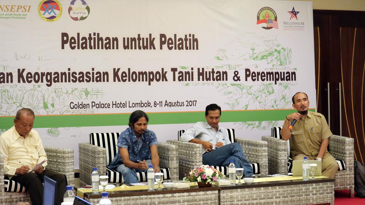 Dari kiri ke kanan Zulfikri Ahyar (Co Fasilitator), Moh.Djauahari Lead Konsorsium KpSHK, Ahmed Safrudin (GP DRM Wilayah Lombok MCA-Indonesia) dan Ir.Samsudin, S.Hut, Msi (BAPPEDA NTB Kasubdit Perencanaan Wilayah) (Mataram, 08-11 Agustus 2017)