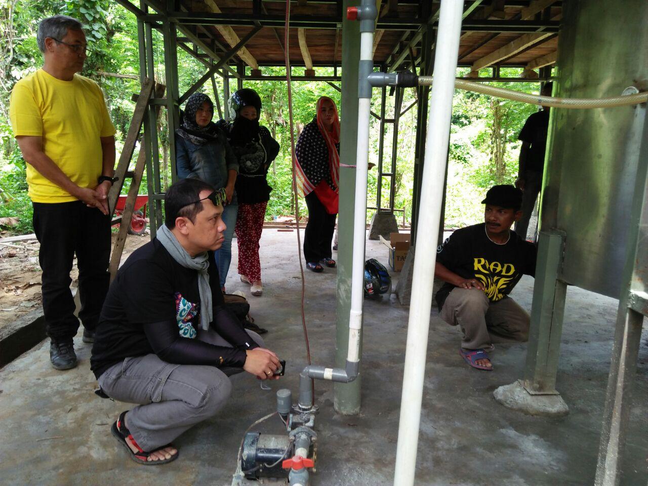 Tim Monitoring GPM MCA-Indonesia memanatau langsung pembangunan Rumah Ketel Penyulingan Minyak Atsiri Daun Cengkeh di Kelurahan Sakuli, Kolaka, Sulawesi Tenggara, (23/10/2017).