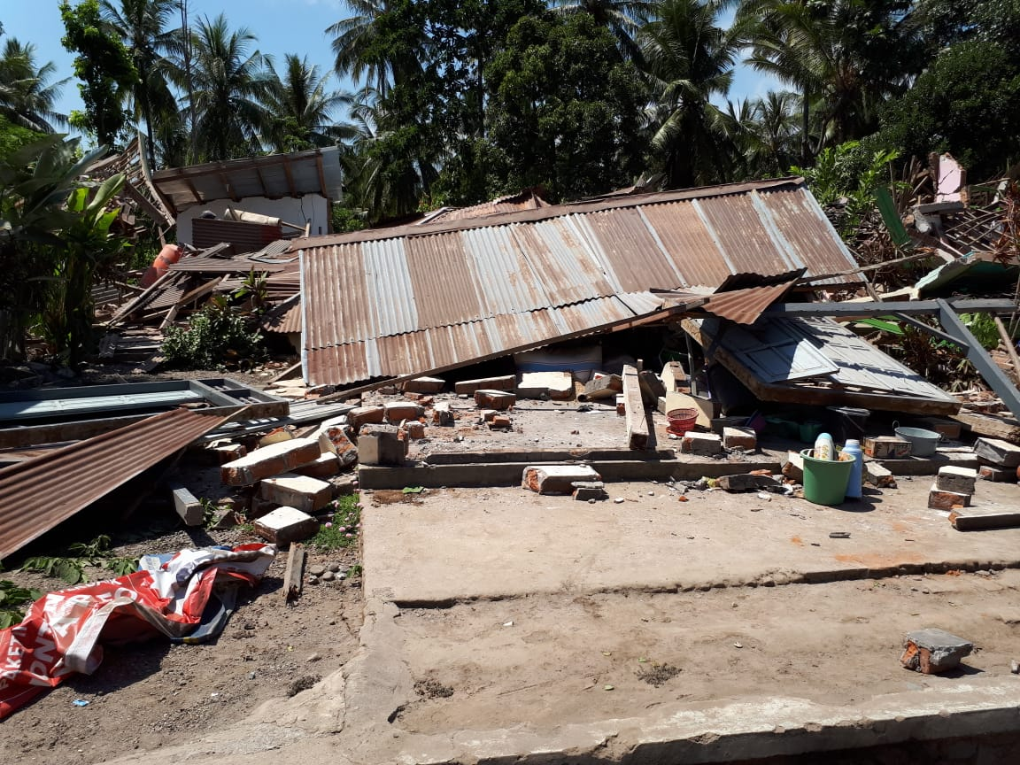 Dok. KPSHK. Foto Eli (KONSEPSI). Rumah Tokoh HKm Lombok (Abidin Tuarita) di Desa Sesait, hancur akibat gempa 7,0 SR di Kecamatan Kayangan Kabupaten Lombok Utara, NTB (05/08/2018).
