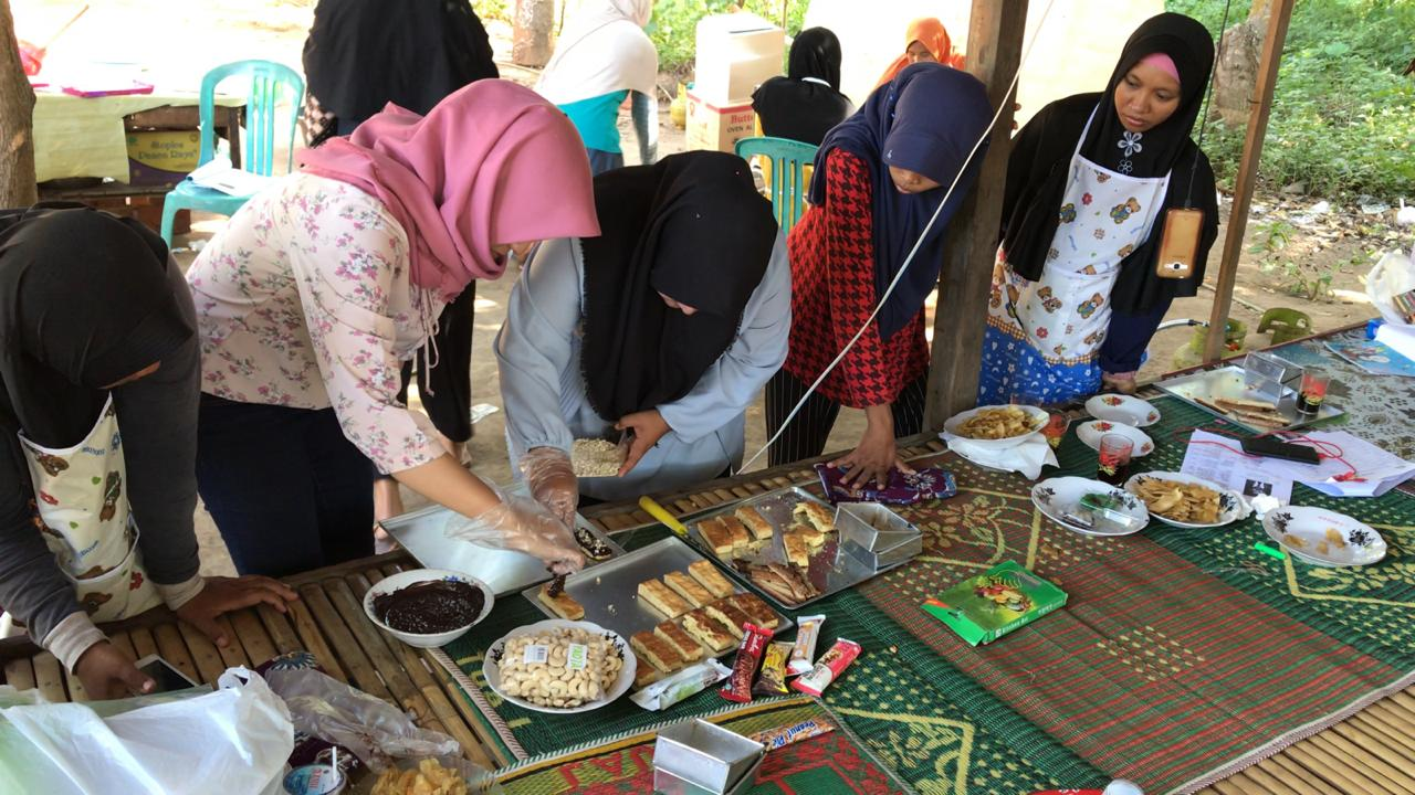Pelatihan pengolahan produk mete dengan narasumber dari Universitas Mataram (Foto Bayu KpSHK, 27 April 2019)